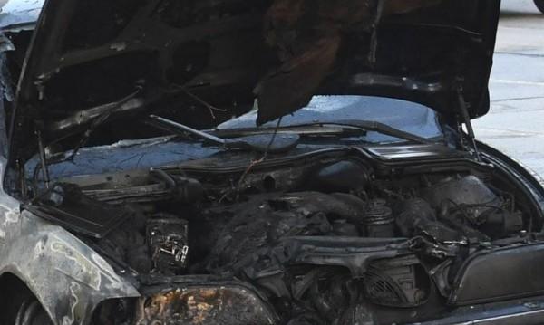 Две леки коли изгоряха при пожари в Бургас