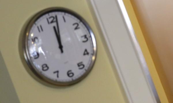 Да настроим часовниците: Местим стрелката с час напред