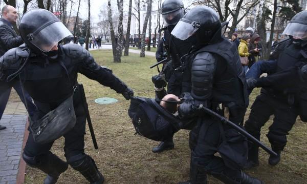 Беларус протестира: Милицията задържа 400 души, би част от тях