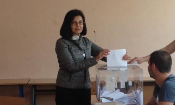 И Кунева гласува: За хора, които знаят кое е важно!
