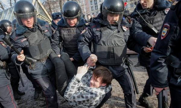 САЩ осъдиха арестите на стотици протестиращи в Русия