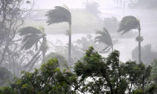 Австралия евакуира 30 000 души заради мощна буря