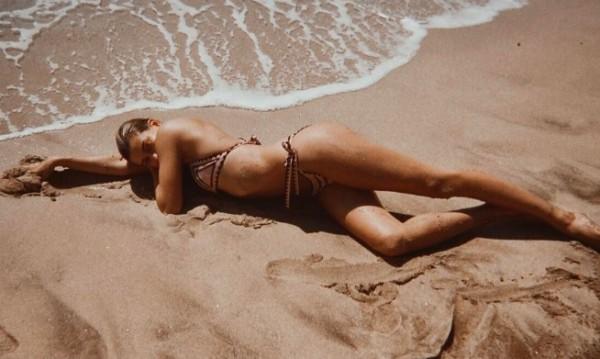 Секси Хейли Болдуин по бански