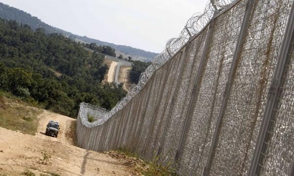 Радев качва Туск на хеликоптер, показва му оградата с Турция