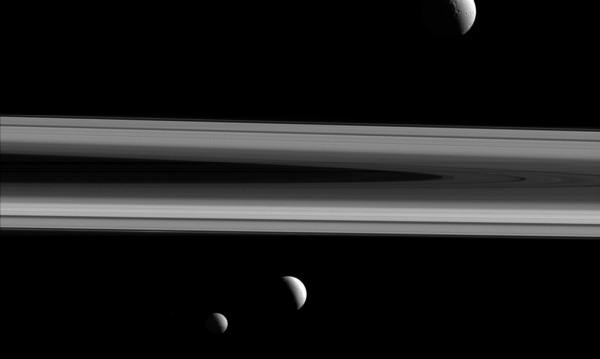 Гейзерите на сатурновата луна Енцелад са образувани от сблъсък