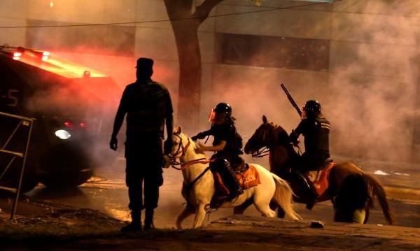 Размирици в Парагвай, подпалиха парламента