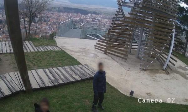 Обръщат кошове, трошат... Деца изпочупиха парк над Разлог