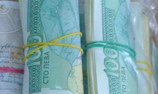 3000 лв., $420, £980, злато... летят от балкон към ало апаши