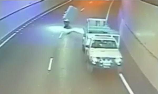 """""""Летящ"""" матрак събори моторист в тунел в Австралия"""
