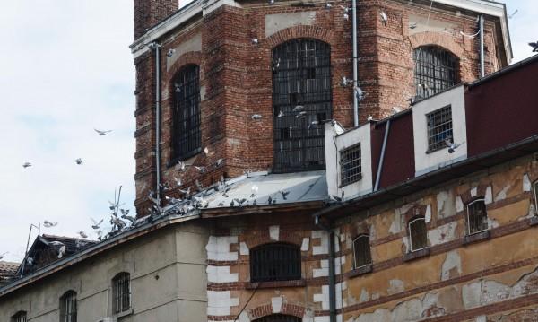 Ламинат, стени в прасковено... ВИП стаи за бандити в затвора