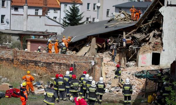 Двама души загинаха при срутване на блок в Полша