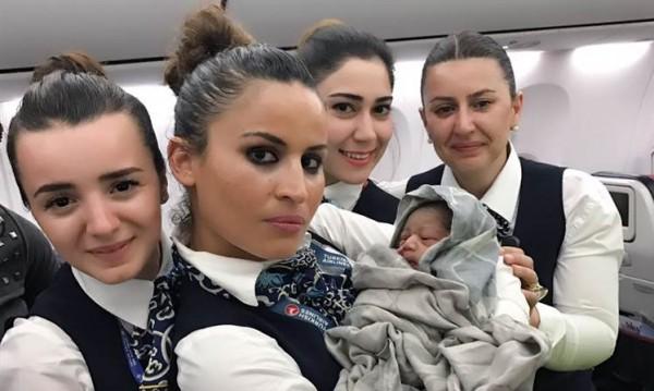 Жена роди бебето си на 14 000 метра над земята