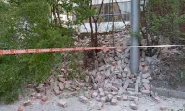"""Ограда се срути върху паркирани коли в """"Банишора"""""""