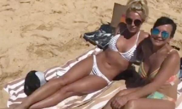 Бритни Спиърс показа секси форми на плажа