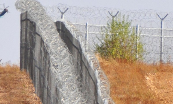 Строежът на оградата – прикритие за трафик на бежанци
