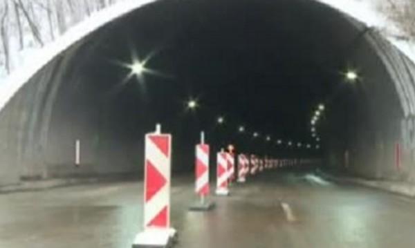 """АПИ: ТИР  изкъртил кабели и мазилка в тунел """"Витиня"""""""