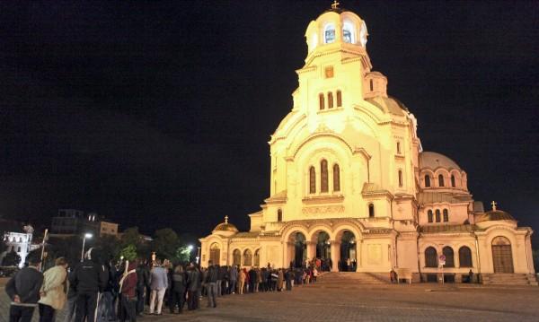 Промени в движението в София, без коли около черквите
