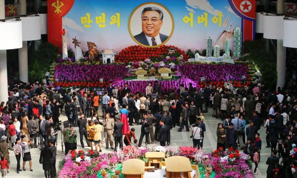 В Северна Корея дават банкети, мълчат за ракетата