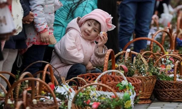 Търговци напълниха великденските кошници с кукли и пушки