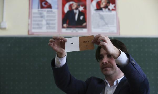 """Първи резултати: 57.46% от турците с """"да"""" на референдума"""