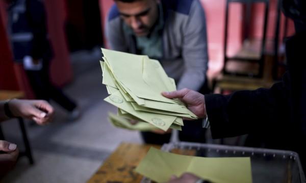"""При 90% преброени бюлетини: 52.8% казаха """"да"""" на Ердоган"""