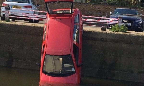 Смело към реката: Пиян заби колата си в Темза