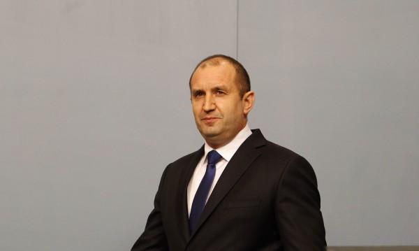 Радев връчва мандата до дни, чака кабинет през май