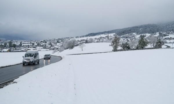 Сняг затрупа Австрия, парализира движението по пътищата