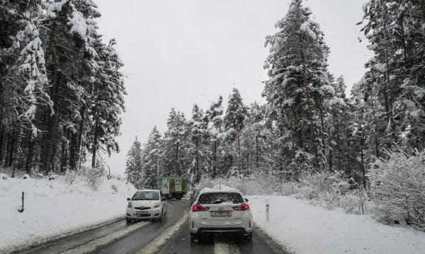 Снежна буря: Над 20 ранени при сблъсък на 40 коли в Словакия