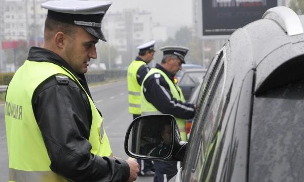 Опит за подкуп: Шофьор без книжка хвърли 250 лева на полицаи