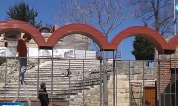 Демонтират пластмасовите арки от амфитеатъра в Несебър