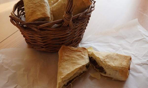 Рецептата Dnes: Банички с пилешки дробчета и зелен лук