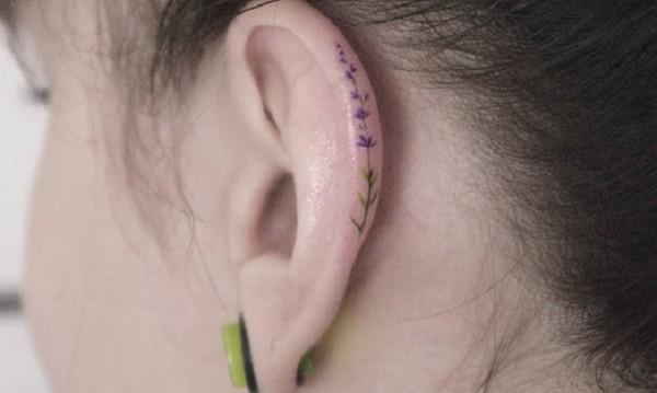 Нямаш обеци? Направи си татуировка с цветя!