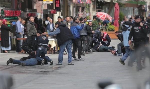 Сблъсъци в Истанбул: Палки, газ и ритници за 1 май