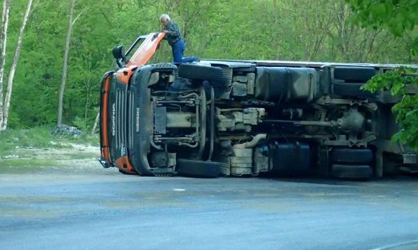 Край Змейово: Шофьор на камион се удари в мост и загина