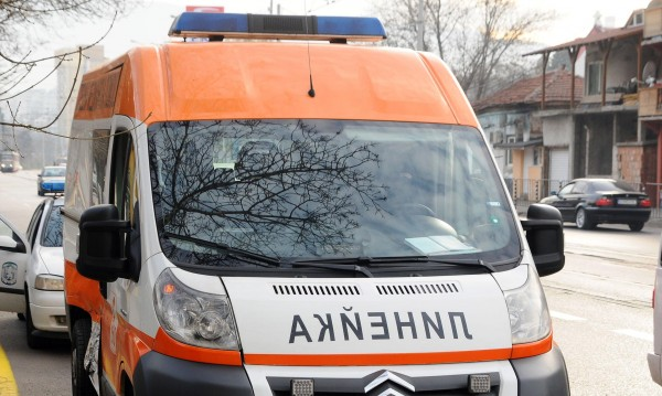 Мазилка от панелка в Перник падна върху 6-годишно