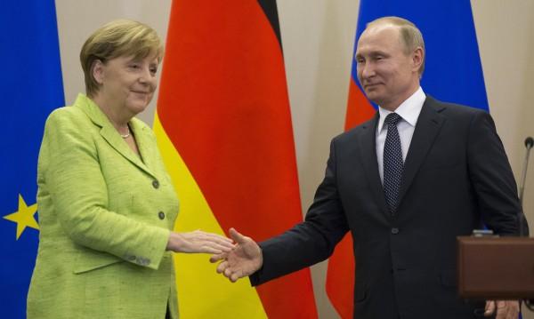 Путин отрече пред Меркел да се меси на други държави