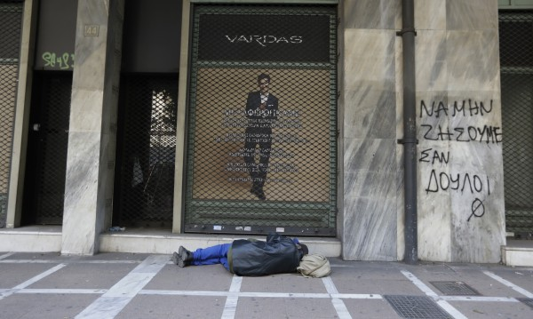 Тежката сметка за Атина: Ножица за заплати, пенсии...