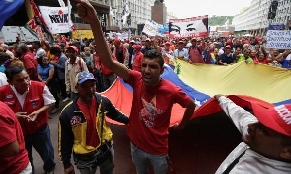 Един човек загина, над 200 са ранени при сблъсъци в Каракас