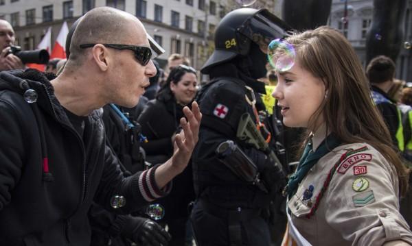 Едно момиче срещу неонацисти – хит в интернет