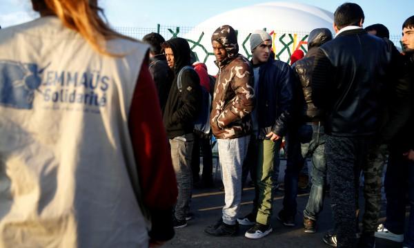 Евакуират импровизиран мигрантски лагер в Париж
