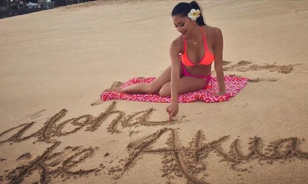 Секси Никол Шерцингер на хавайски плаж
