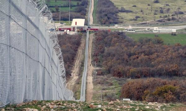 Още 6.5 км от оградата по границата са готови