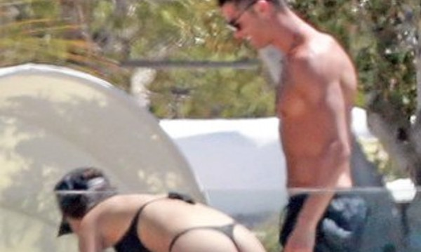 Фотографи уловиха Роналдо с гаджето му по бански