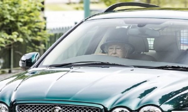 И на 91 години: Кралица Елизабет подкара кола