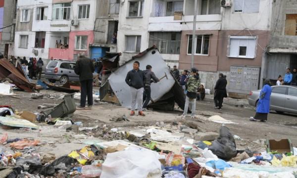 Роми реват след срутени бараки: Взеха ни прехраната!