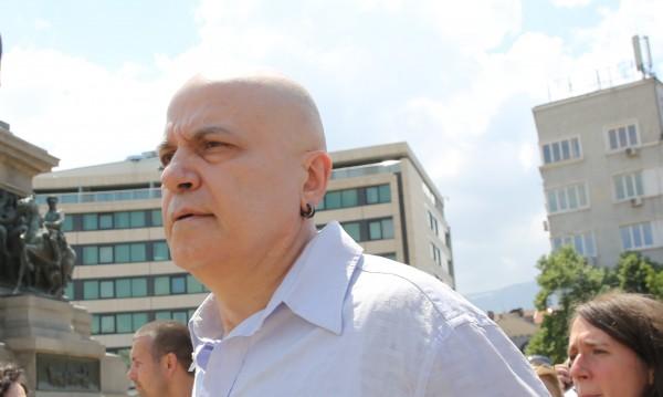 Сигнал за бомба прекъсна делото за референдума на Слави