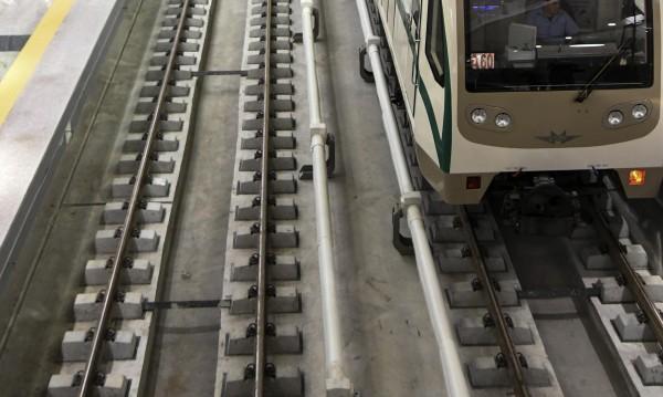 Паднала жена на релсите блокира столичното метро