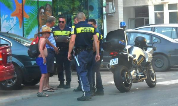 """Полицаи из """"Слънчев бряг"""", проверяват барове, таксита"""