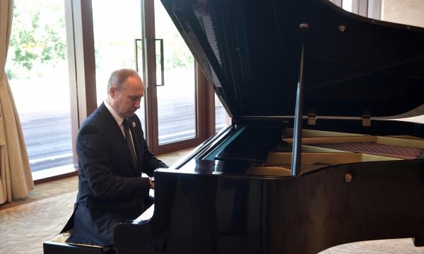 Путин посвири на пиано песни за съветската ера